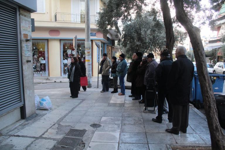 13η σύνταξη: Αντιδράσεις από τους συνταξιούχους μετά την ψυχρολουσία στα ΑΤΜ | Pagenews.gr