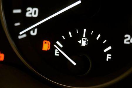 Ποια είναι η χρησιμότητα του μικρού βέλους δίπλα στον μετρητή βενζίνης | Pagenews.gr