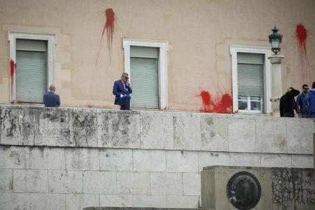 Επίθεση στη Βουλή: Κακουργηματικές διώξεις για τις μπογιές στο Κοινοβούλιο | Pagenews.gr