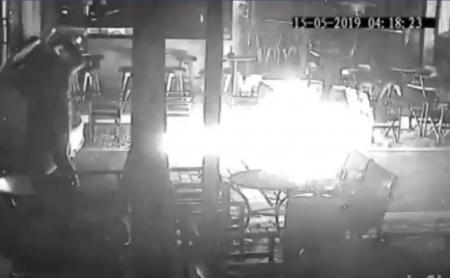 Φωτιά: Σοκαριστικό βίντεο από εμπρησμό σε μαγαζί των Άνω Λιοσίων | Pagenews.gr