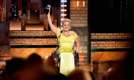 Άλι Στρόκερ: Έγραψε ιστορία με τη διάκρισή της στα βραβεία Tony | Pagenews.gr