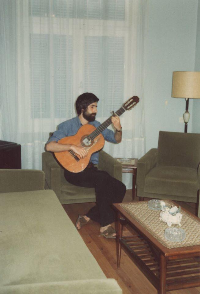 Νικόλας Άσιμος: Σε νεαρή ηλικία με την κιθάρα του.