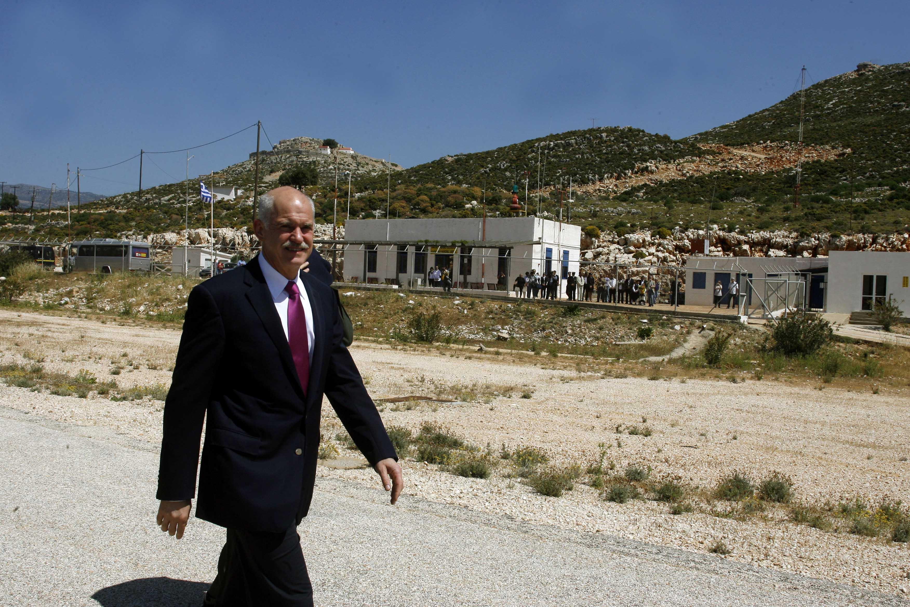 23 Απριλίου 2010: Ο τότε πρωθυπουργός Γιώργος Παπανδρέου στους δρόμους του Καστελόριζου