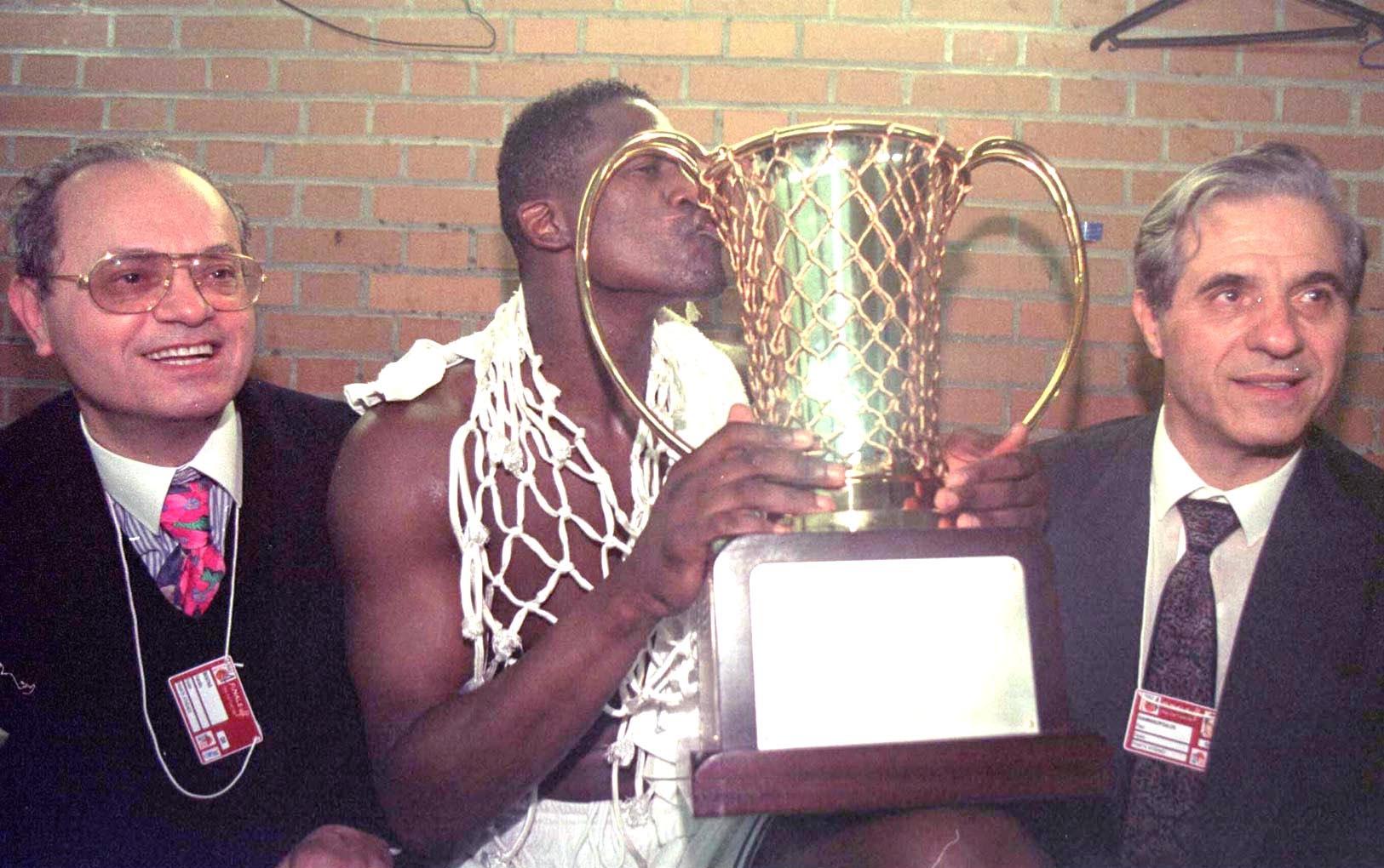 Παναθηναϊκός Μπαρτσελόνα 1996: Ο Ντομινίκ φιλάει το Κύπελλο με τους αδελφούς Γιαννακόπουλους δίπλα του