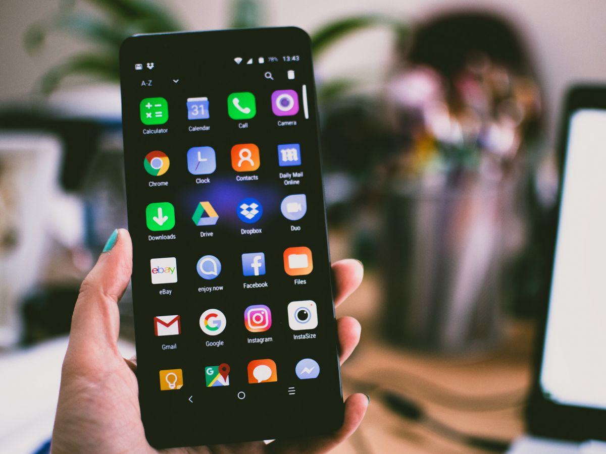 Internet κινητά: Πολλοί είναι οι χρήστες του διαδικτύου που «σερφάρουν» μόνο από τα τηλέφωνά τους. Ποιοι θα αντιμετωπίσουν πρόβλημα και γιατί.