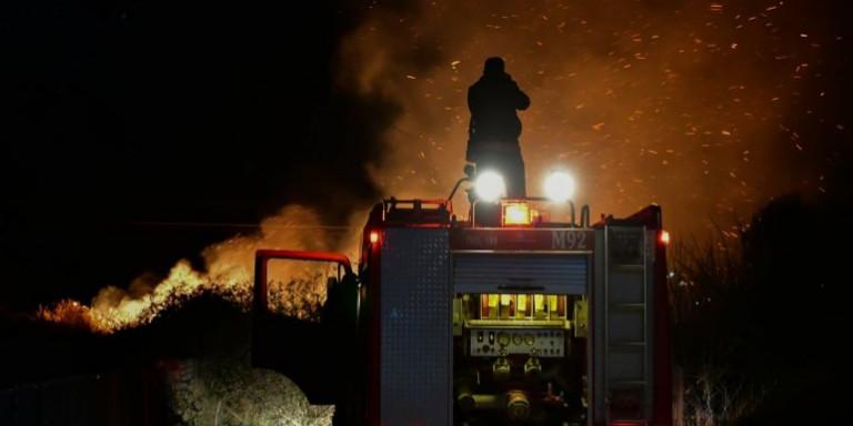 Φωτιά Μεσολόγγι: Τρία σπίτια έχουν τυλιχθεί στις φλόγες στα Σταμνά