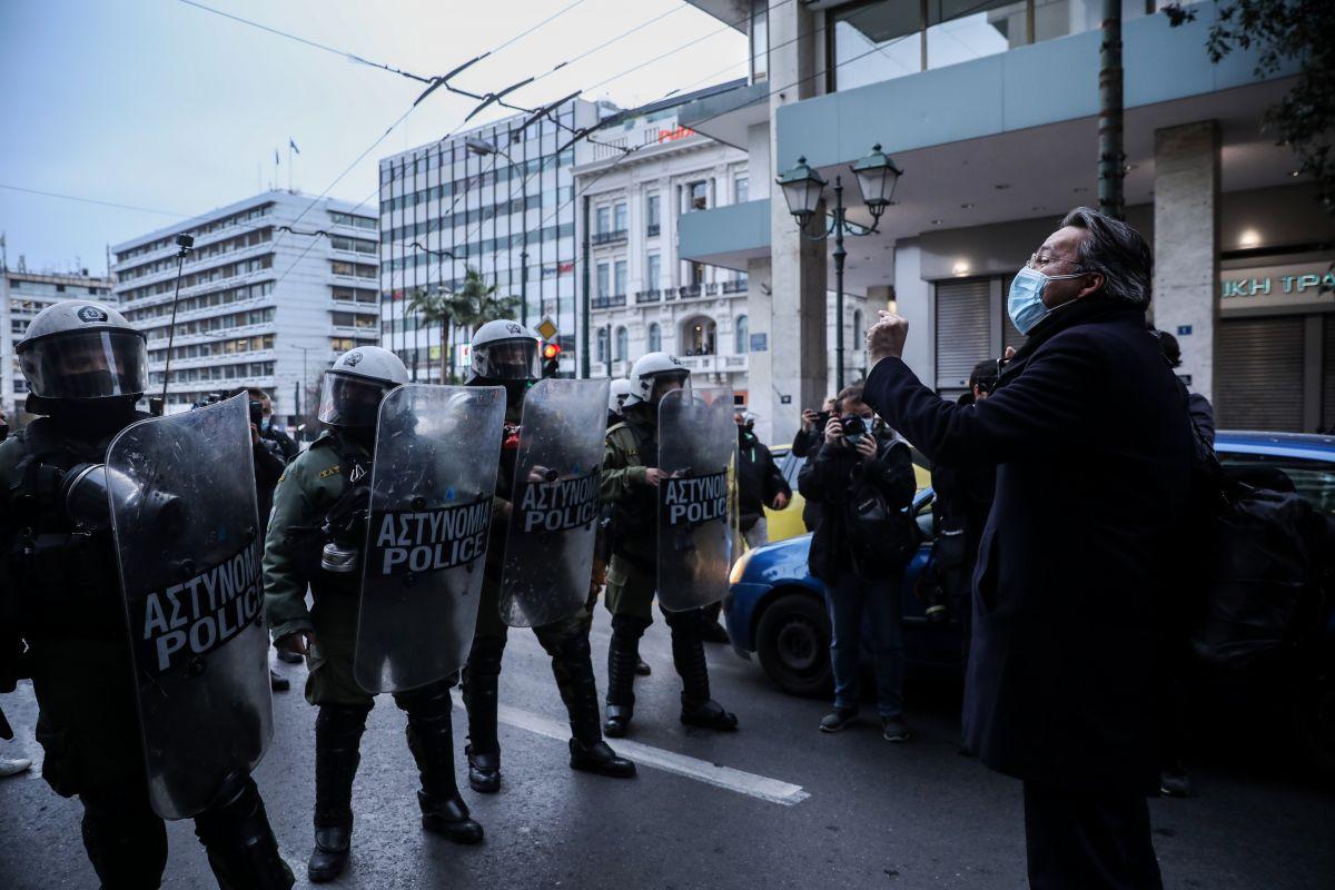 Δημήτρης Κουφοντίνας: Ο Θανάσης Καμπαγιάννης, δικηγόρος, μπροστά στα ΜΑΤ.