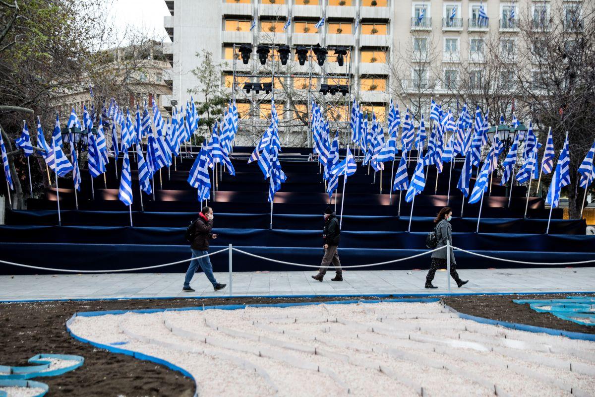 Παρέλαση 25 Μαρτίου: Γέμισε σημαίες το Σύνταγμα
