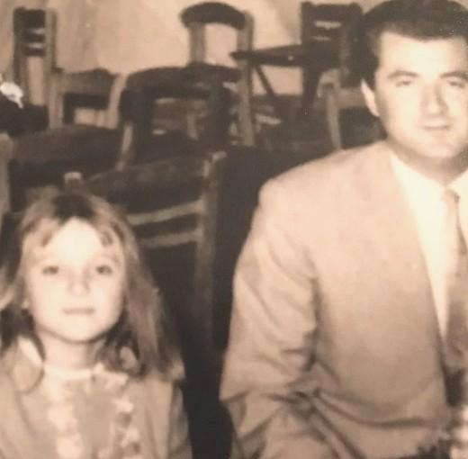 Ρούλα Κορομηλά: Σε μικρή ηλικία με τον μπαμπά της