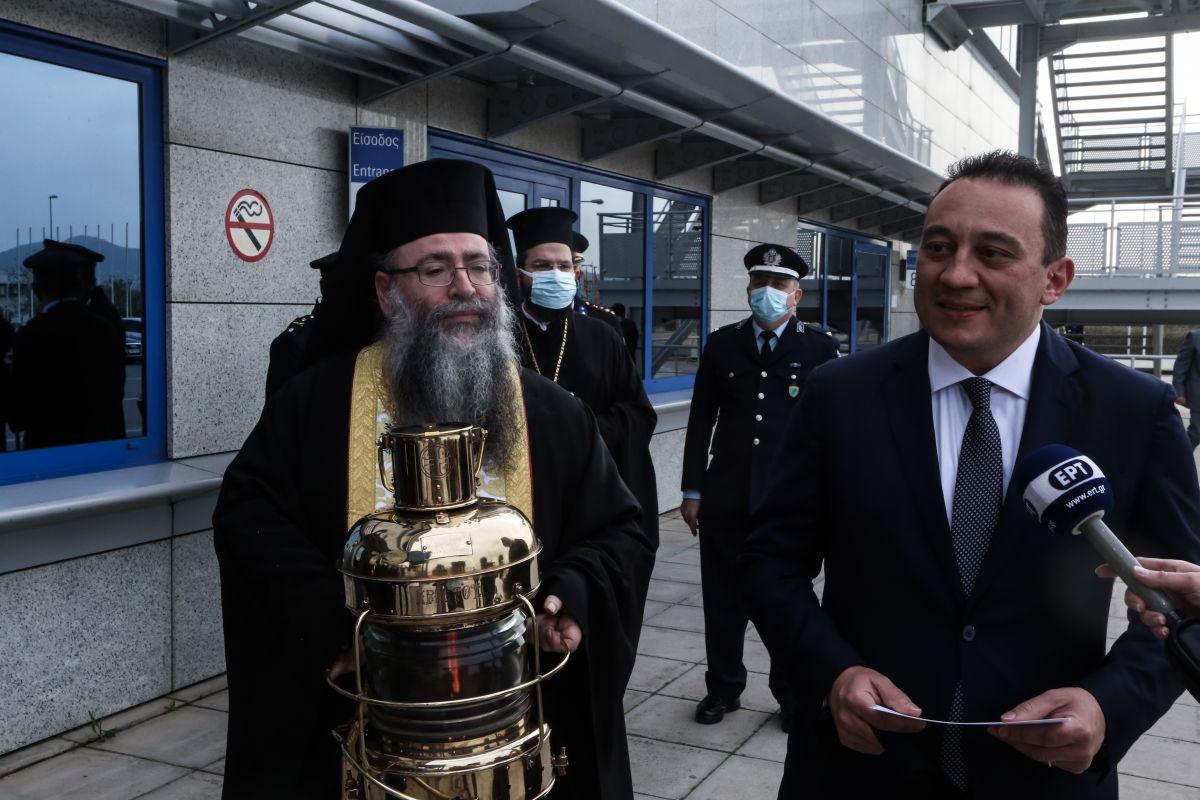 Άγιο Φως: Έφτασε στην Ελλάδα με το κυβερνητικό αεροσκάφος