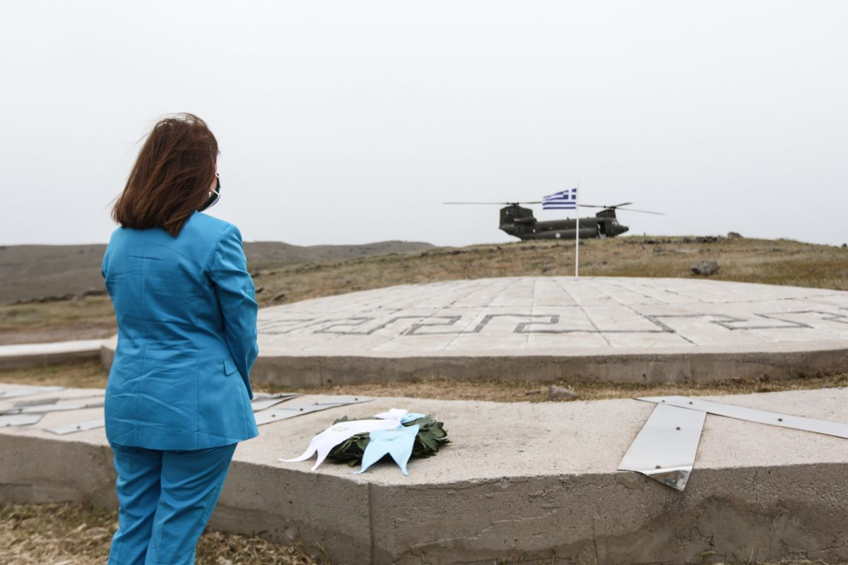Κατερίνα Σακελλαροπούλου: Έκανε κατάθεση στεφάνου στο μνημείο του αδικοχαμένου σμηναγού Νικολάου Σιαλμά